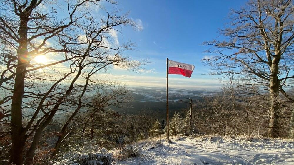 Plettenberg-Ausblick mit Schömberg-Fahne